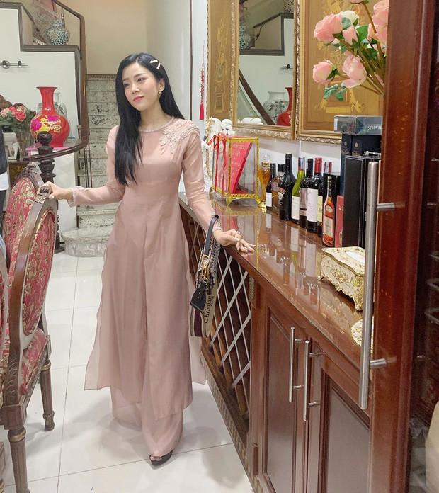 Em chồng Đông Nhi diện áo dài hồng ngọt ngào nổi bật nhan sắc xinh đẹp, tay xách túi hơn 100 triệu