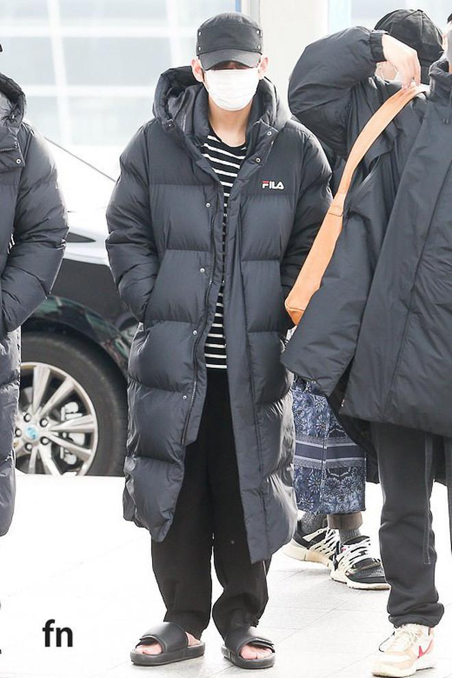 Jungkook lần đầu xuất hiện sau scandal gây tai nạn, Jin thẫn thờ cùng các thành viên BTS đổ bộ sân bay