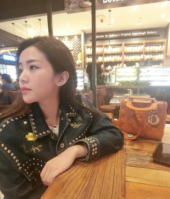 Em gái Ông Cao Thắng dù đã tròn 30 nhưng ăn mặc cực xì tin, sở hữu bộ sưu tập túi hiệu rất đáng nể