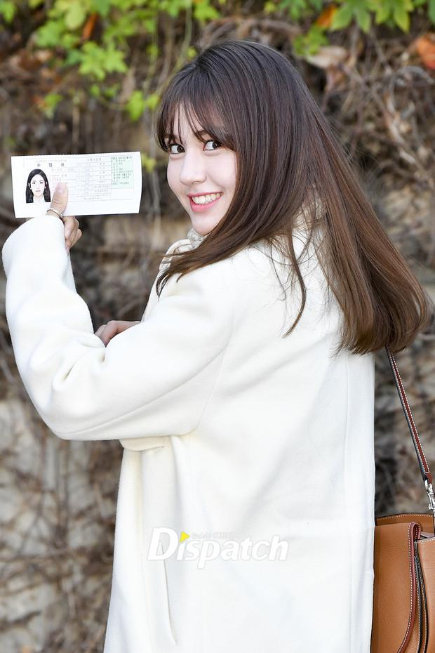Jeon Somi đi thi đại học nhưng xinh hết phần thiên hạ, được báo chí vây kín phỏng vấn như họp báo