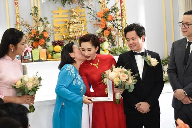 Đông Nhi vừa làm dâu đã được khen hết lời, Hari Won được bố mẹ chồng chăm lo hết mực
