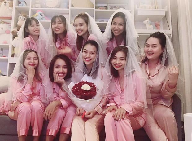 Sắp trở thành vợ người ta, Hoàng Oanh tranh thủ tụ tập làm tiệc chia tay độc thân với Nhã Phương và hội chị em