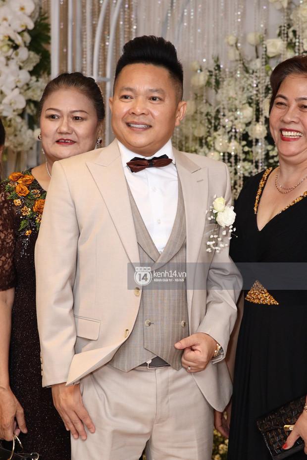 Đâu chỉ riêng Ông Cao Thắng, ông xã doanh nhân của Bảo Thy cũng đi giày độn để sánh đôi cùng cô dâu
