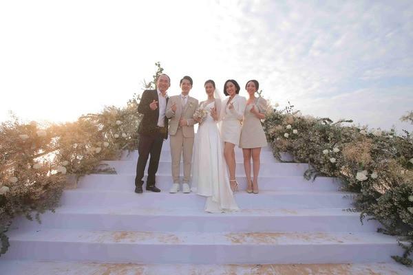 Ninh Dương Lan Ngọc bị bắt quả tang lấy luôn đôi dép khách sạn về khi dự đám cưới Đông Nhi