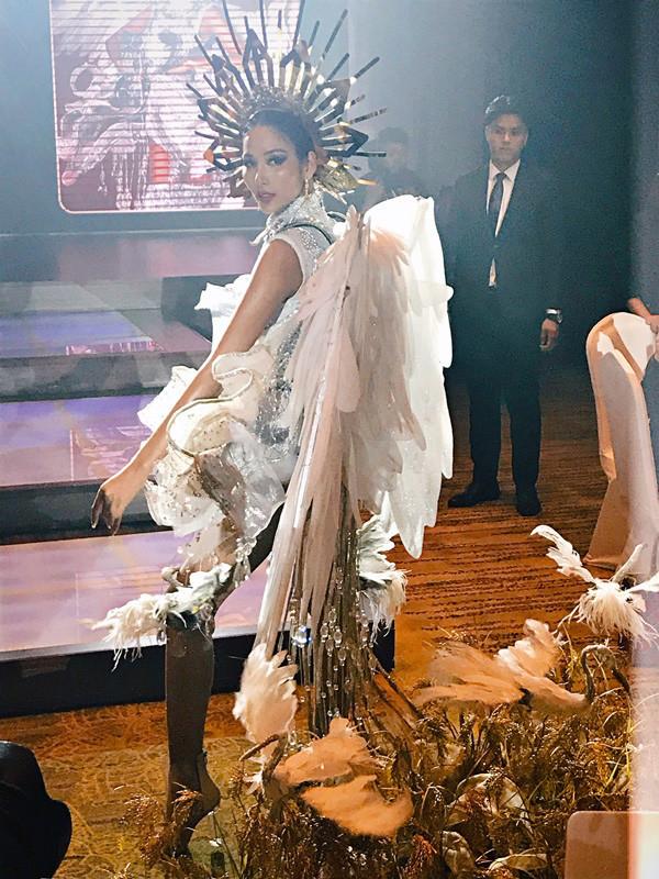 """Nối gót trang phục """"Bánh mì"""", Hoàng Thùy đem quốc phục """"Cà phê phin sữa đá"""" đến Miss Universe 2019"""