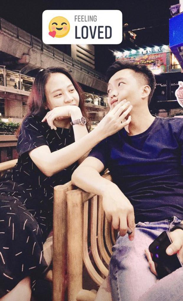 Cường Đô La đăng ảnh cùng vợ đi Thái nhưng không quên status bắt trend phụ huynh chơi Facebook