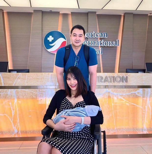 Sau 3 ngày sinh Lan Khuê xuất hiện với thần thái rạng rỡ, cùng ông xã John Tuấn Nguyễn và con trai xuất viện