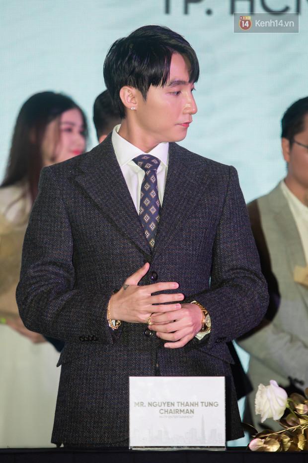 Chủ tịch Nguyễn Thanh Tùng diện vest lịch lãm, chống gậy ba toong đi dự sự kiện