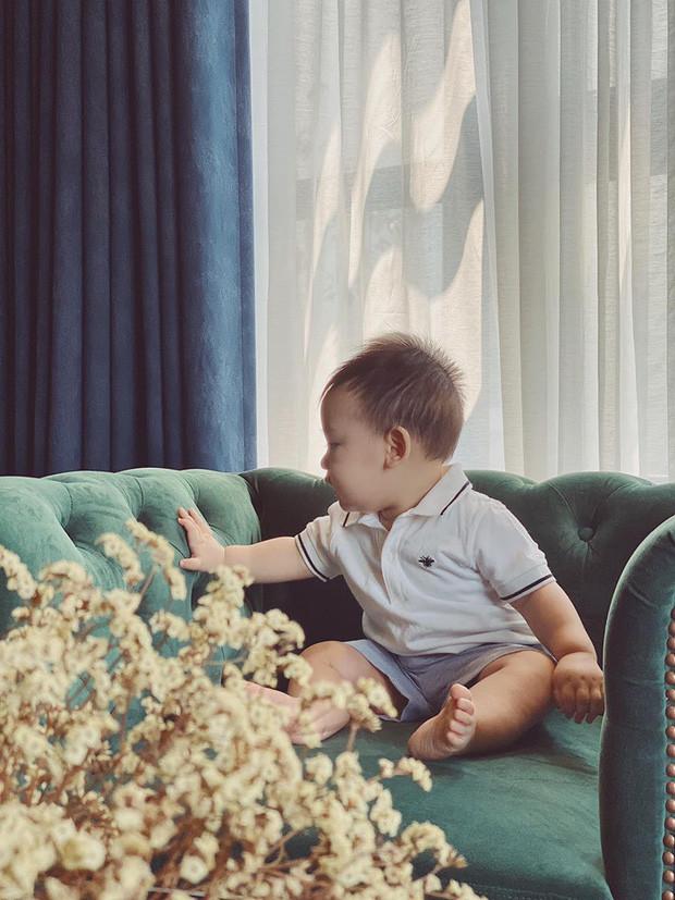 Á hậu Tú Anh tiết lộ ảnh cận mặt con trai đầu lòng khoe đôi mắt trong veo cực yêu