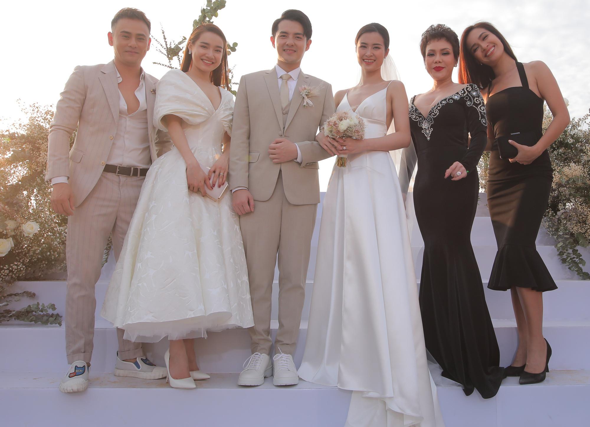 Bị cho là lên đồ lấn át cô dâu trong đám cưới Đông Nhi, sang đến đám cưới Hoàng Oanh thì Nhã Phương đã biết rút kinh nghiệm rồi!