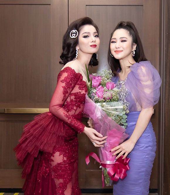 Hương Tràm tiết lộ bị đụng xe khi đi mua hoa tặng Lệ Quyên tại liveshow ở Mỹ
