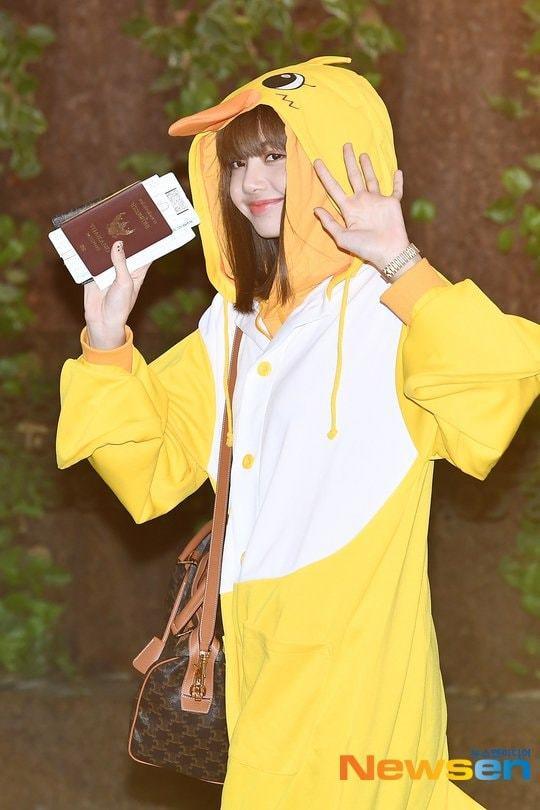 Lisa, Jisoo đáng yêu hết nấc khi  xuất hiện trong trang phục gà và thỏ tại sân bay