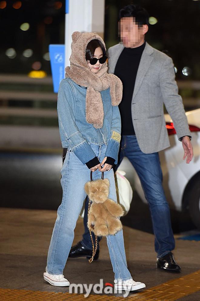 Jennie siêu đáng yêu khi cosplay thành bé gấu xuất hiện tại sân bay
