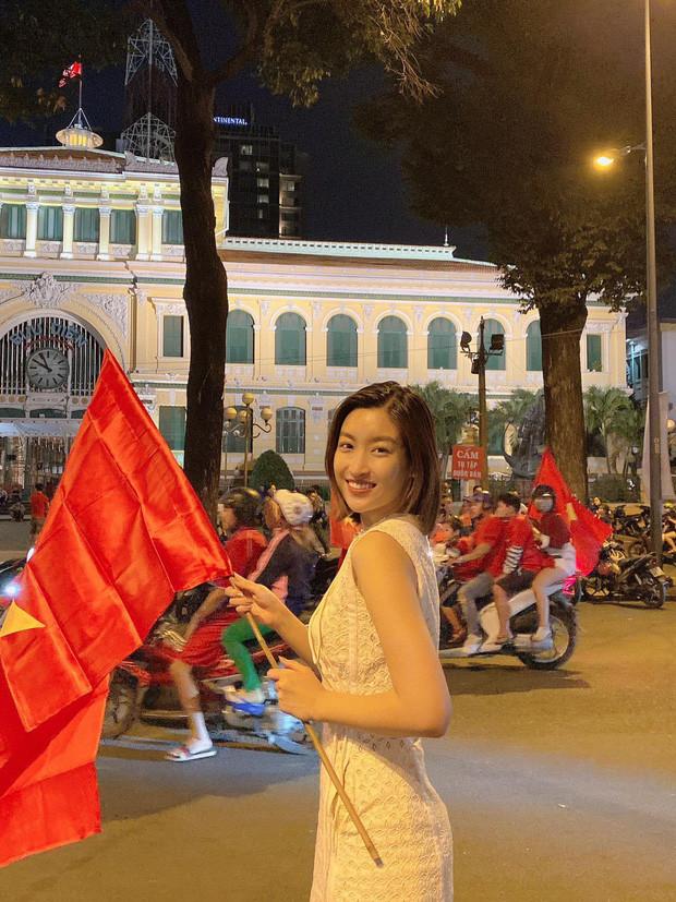 Đẳng cấp nhan sắc của dàn Hoa hậu Vbiz đi bão: Không váy áo lụa là, cầm cờ đỏ sao vàng thôi đã xinh xuất sắc