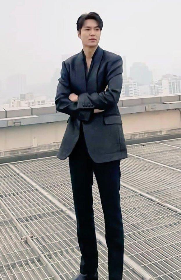 Lee Min Ho diện suit và sơ mi đen, khí chất tổng tài khoe nhan sắc xuất thần với loạt ảnh trên tầng thượng