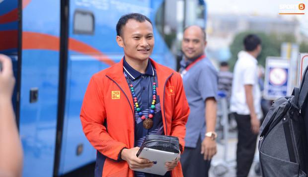 U22 Việt Nam được CĐV vây kín khi ra sân bay chuẩn bị về nước