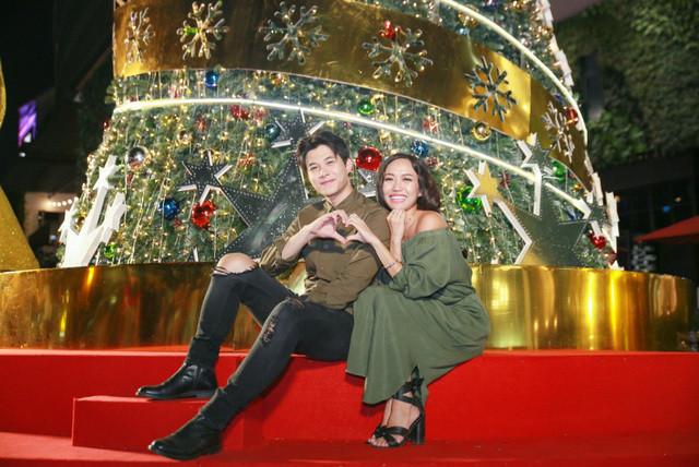 Diệu Nhi hạnh phúc ngã vào lòng bạn trai Anh Tú đón Giáng sinh ấm cúng cùng gia đình