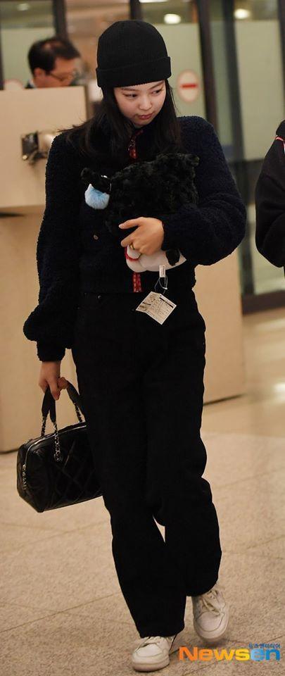 Jennie liên tục dùng gấu bông che mặt khi xuất hiện khiến CĐM lo lắng