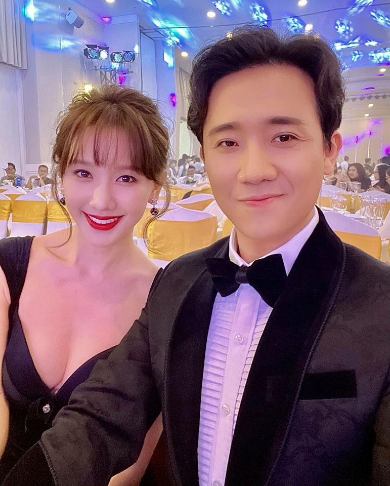 Cái ngược thú vị trong phong cách của hai cặp vợ chồng MC - danh hài hot nhất showbiz Việt từ khi kết hôn đến giờ