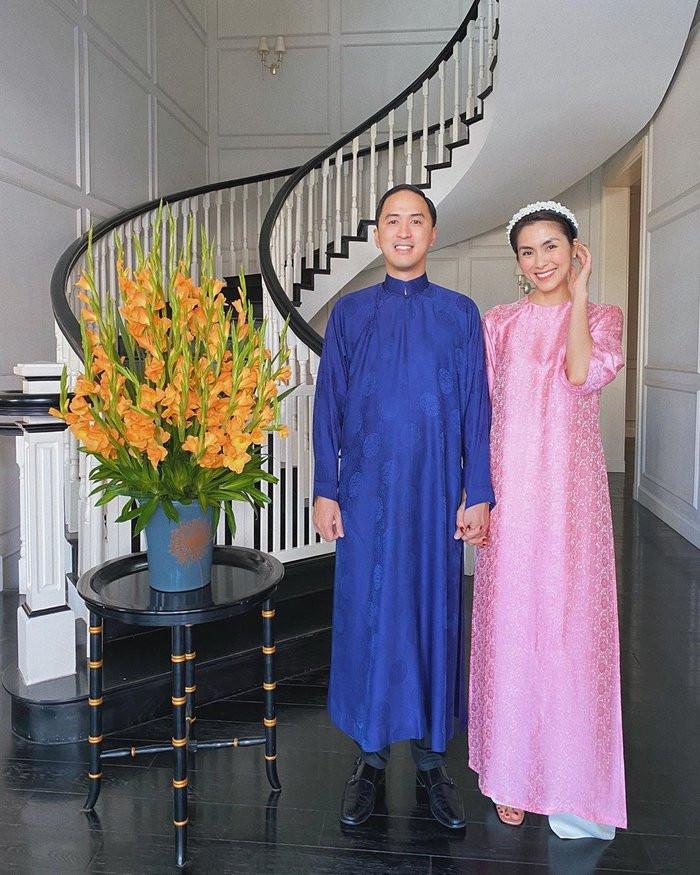 Mùng 1 Tết Canh Tý: Đông Nhi - Ông Cao Thắng lót bao chờ khách, gia đình Ngọc Trinh đồng bộ vàng rực