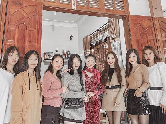 Hương Tràm hội ngộ với chị em, ai cũng sở hữu nhan sắc xinh đẹp