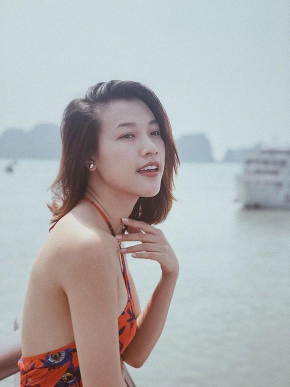 Hoàng Oanh khoe dáng thon gọn, nhan sắc rạng rỡ dù bầu bí khi đi du lịch