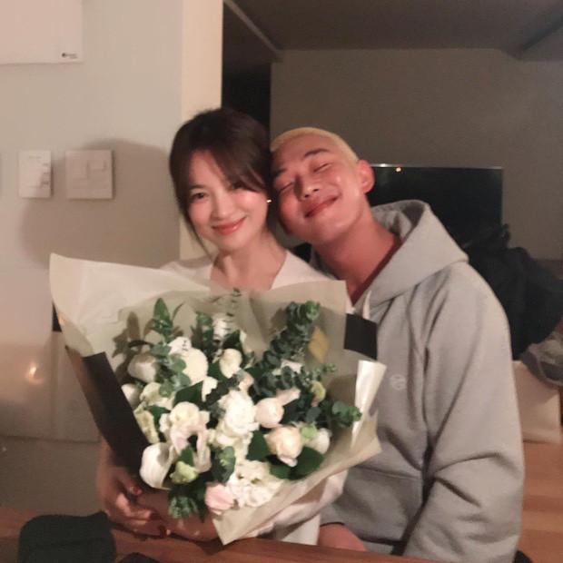 Sau tin đồn tái hôn, Song Hye Kyo thoải mái dựa vai trai trẻ tưởng lạ mà quen