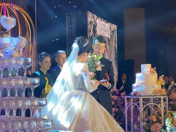 Đức Phúc  xuất chiêu với đôi giày cao 5 phân chặt đẹp dàn khách mời dự đám cưới Duy Mạnh