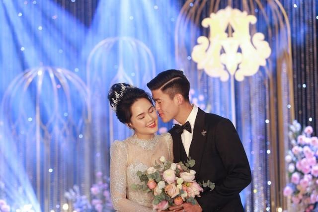 Duy Mạnh và bà xã Quỳnh Anh luôn nắm chặt tay nhau từ đám hỏi đến đám cưới