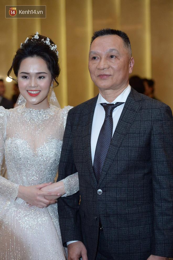 Vợ chồng cựu chủ tịch CLB Sài Gòn hôn nhau cực tình cảm, quẩy nhiệt tình trong đám cưới con gái Quỳnh Anh
