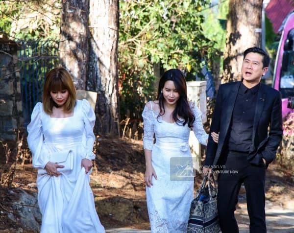 Hồ Hoài Anh ân cần chăm sóc, xách túi cho Lưu Hương Giang khi dự đám cưới Tóc Tiên