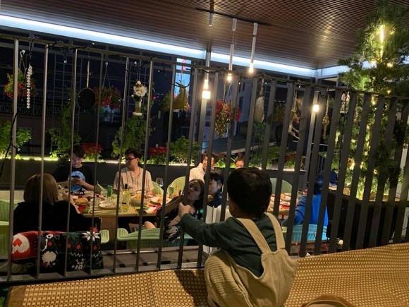Hoàng Thuỳ Linh tiếp tục bị CĐM bắt gặp đi ăn và ngồi dính nhau như sam với Gil Lê