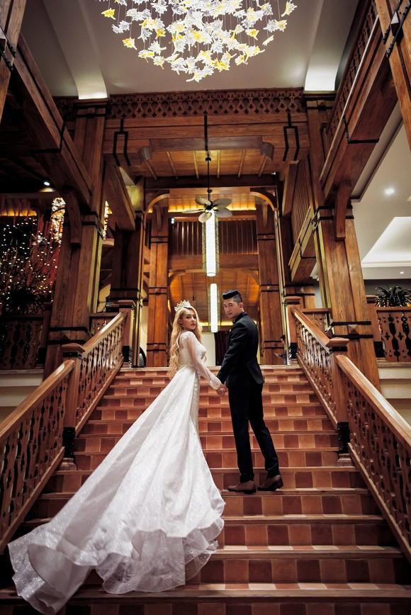 Lương Bằng Quang khiến CĐM xôn xao khi khoe ảnh diện vest nắm tay Ngân 98 trong bộ váy cô dâu