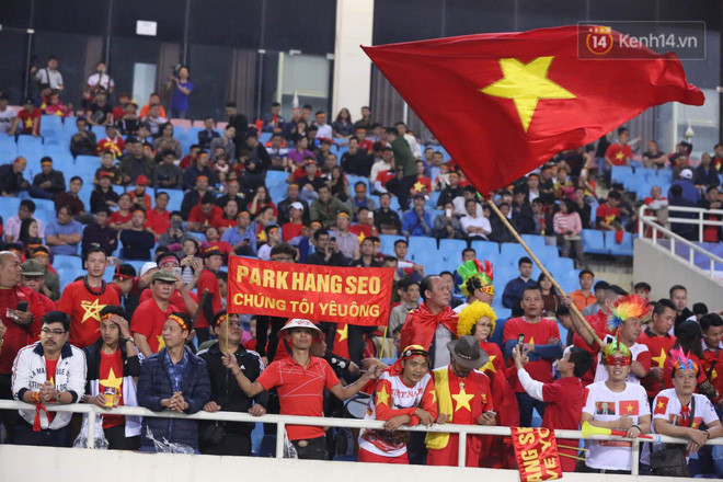 Không thể tin nổi: Thái Lan bị thủng lưới 4 lần, CĐV Việt Nam ăn mừng không kịp thở!