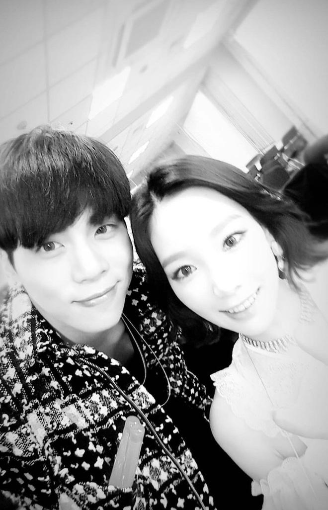 Chúc mừng sinh nhật tuổi 30 của người nghệ sĩ quá cố Jonghyun (SHINee): Taeyeon cùng cả thế giới bồi hồi nhớ về chàng trai năm xưa
