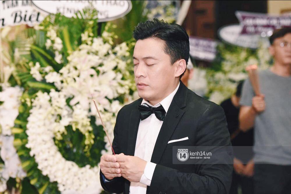 NSƯT Thành Lộc và nhiều đồng nghiệp đến viếng diễn viên Anh Vũ trong đêm đầu tang lễ