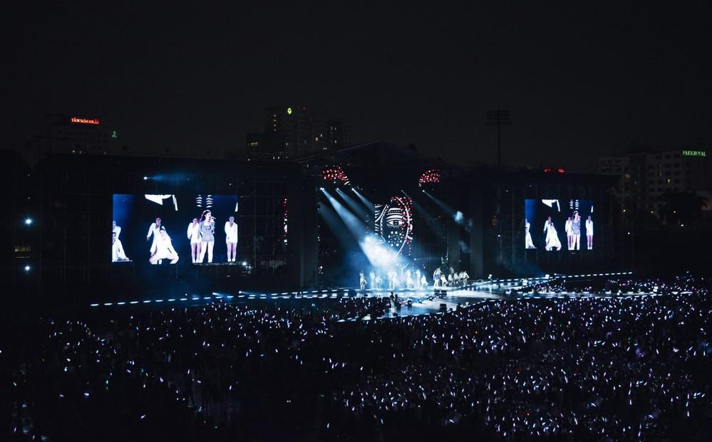 Choáng trước khung cảnh hàng nghìn fan cầm lightstick hát cùng Đông Nhi bản hit Khóc trong liveshow thế kỷ