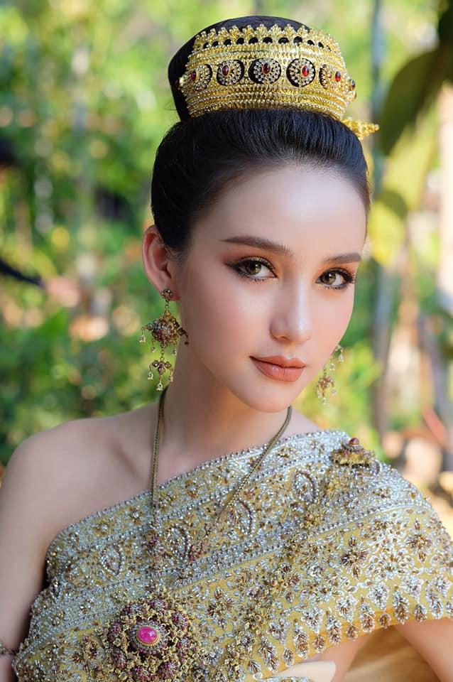 Mỹ nhân chuyển giới Yoshi đẹp rực rỡ trong trang phục truyền thống mừng tết Songkran