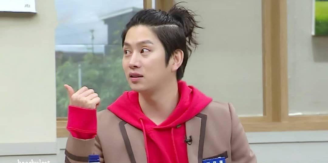 Thánh lầy Heechul (Super Junior) lại chơi nổi khi... cột tóc đuôi gà cài nơ trắng đi chấm thi