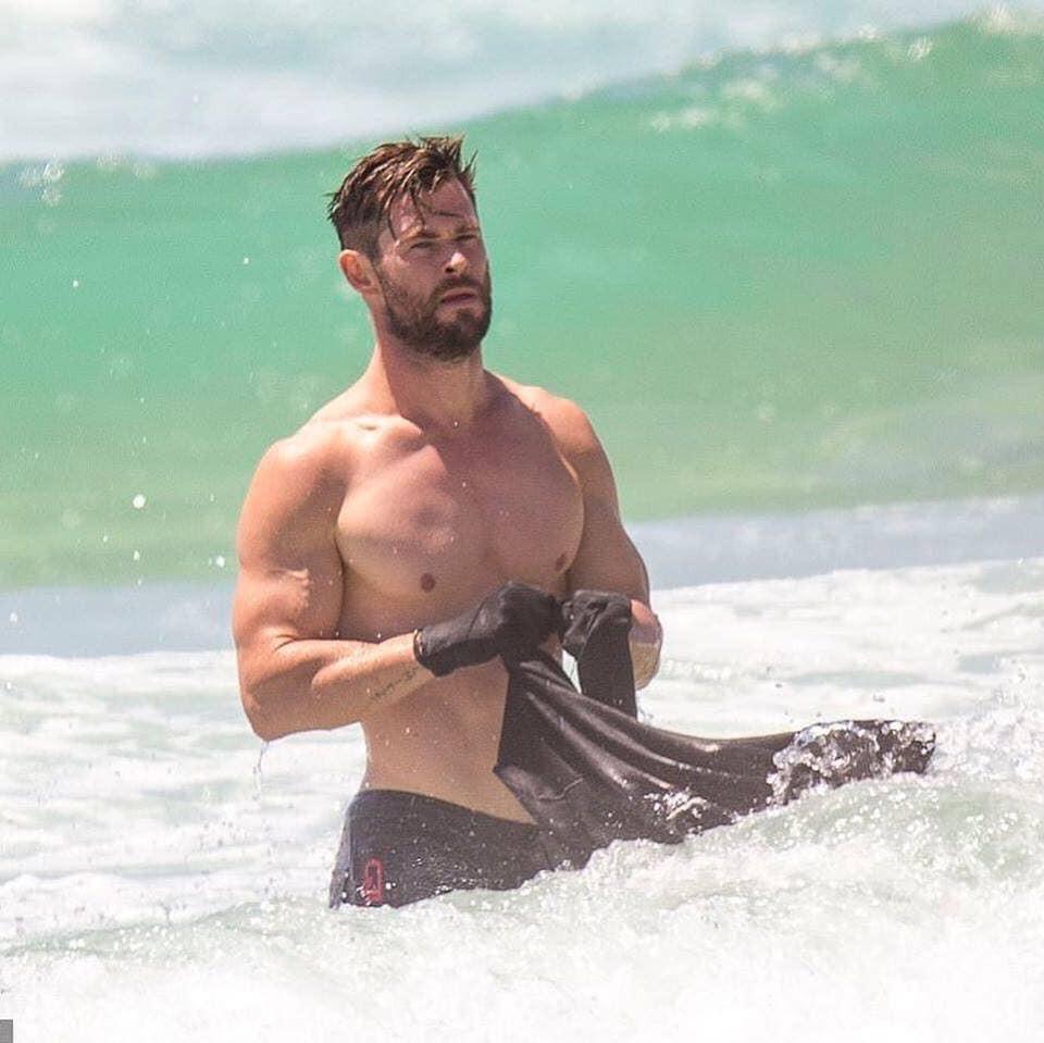 Quên chàng Thỏ mập trên phim đi, Thần Sấm Chris Hemsworth ngoài đời vẫn chuẩn 6 múi cực nóng bỏng