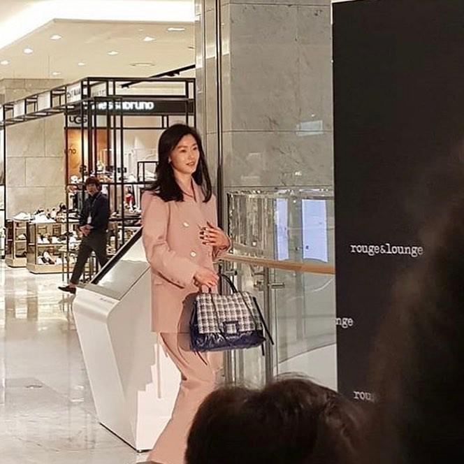 Ảnh chụp vội Jeon Ji Hyun và Song Hye Kyo cùng ngày dự sự kiện: Một người đẹp đến mức lấn át luôn đối phương
