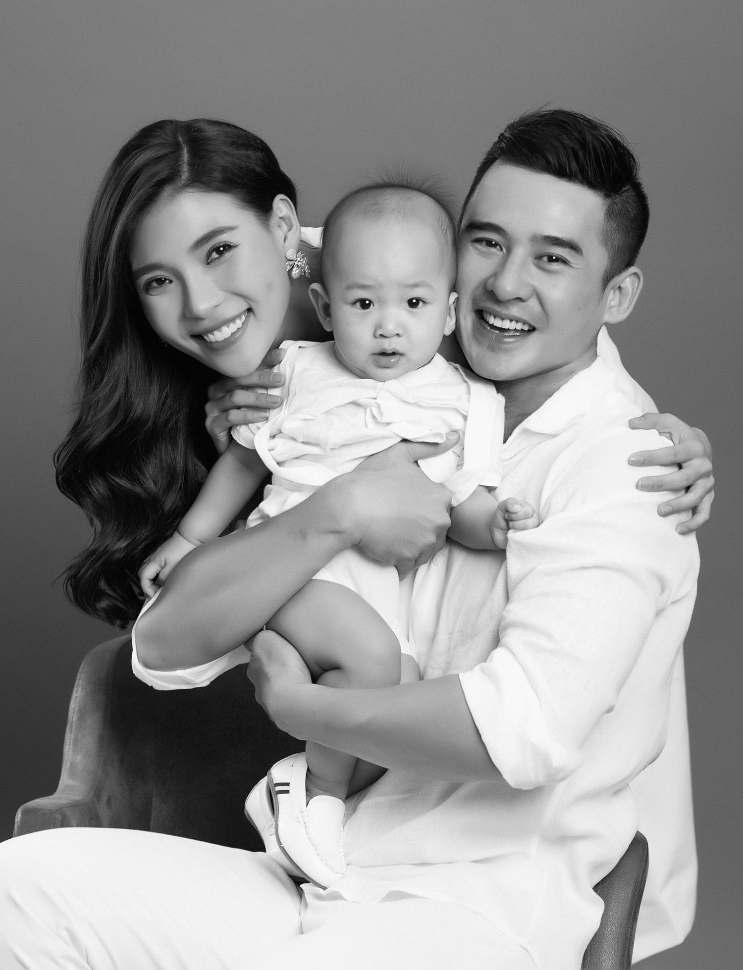 Sau 3 năm cưới nhau, gia đình Thúy Diễm – Lương Thế Thành ngọt ngào hơn thuở ban đầu trong bộ ảnh kỷ niệm
