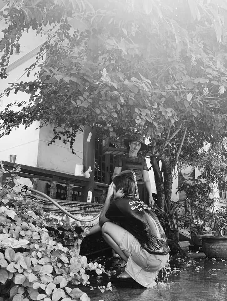 Hoa hậu giản dị nhất Vbiz: Tắm gội bằng chính vòi nước tưới cây của mẹ, tự dìm hàng chính mình