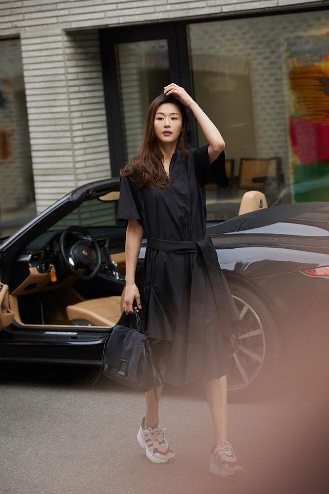 Đẳng cấp nhan sắc Jeon Ji Hyun: Bước xuống xe sang chảnh như bà hoàng, khí chất như trong phim