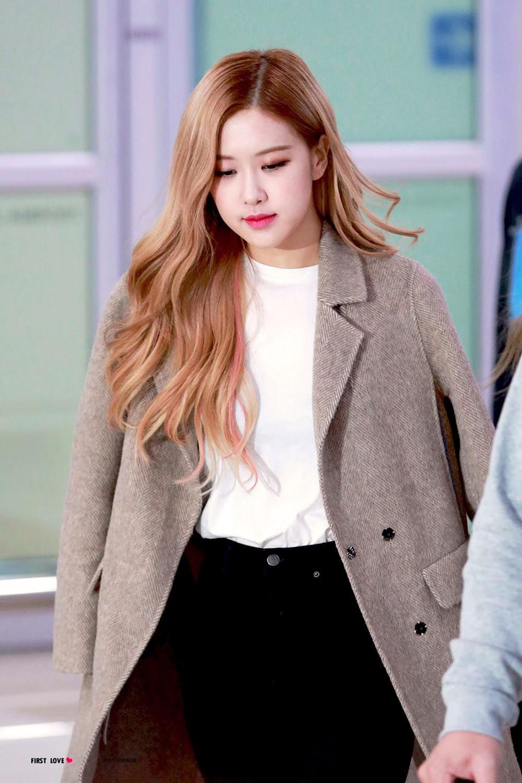 Đâu cần lồng lộn, Rosé (BLACKPINK) mặc đồ trắng đen thôi mà làm sáng bừng cả sân bay, lấn át cả các thành viên