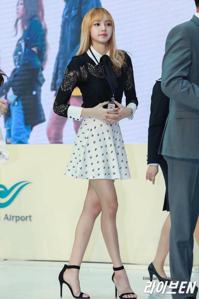Đẳng cấp búp bê sống Thái Lan Lisa (BLACKPINK): Chân dài trời ban thách thức mọi khung hình, kể cả chụp vội