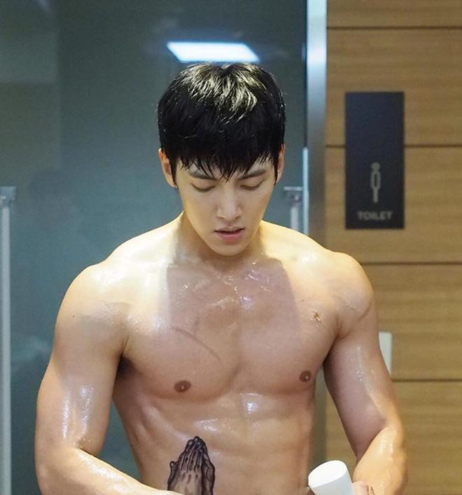 Đời buồn của Ji Chang Wook: Hứa với fan khi nhập ngũ sẽ ráng có cơ bụng đẹp, ai dè tăng hẳn 12 kg bụng dồn 1 múi