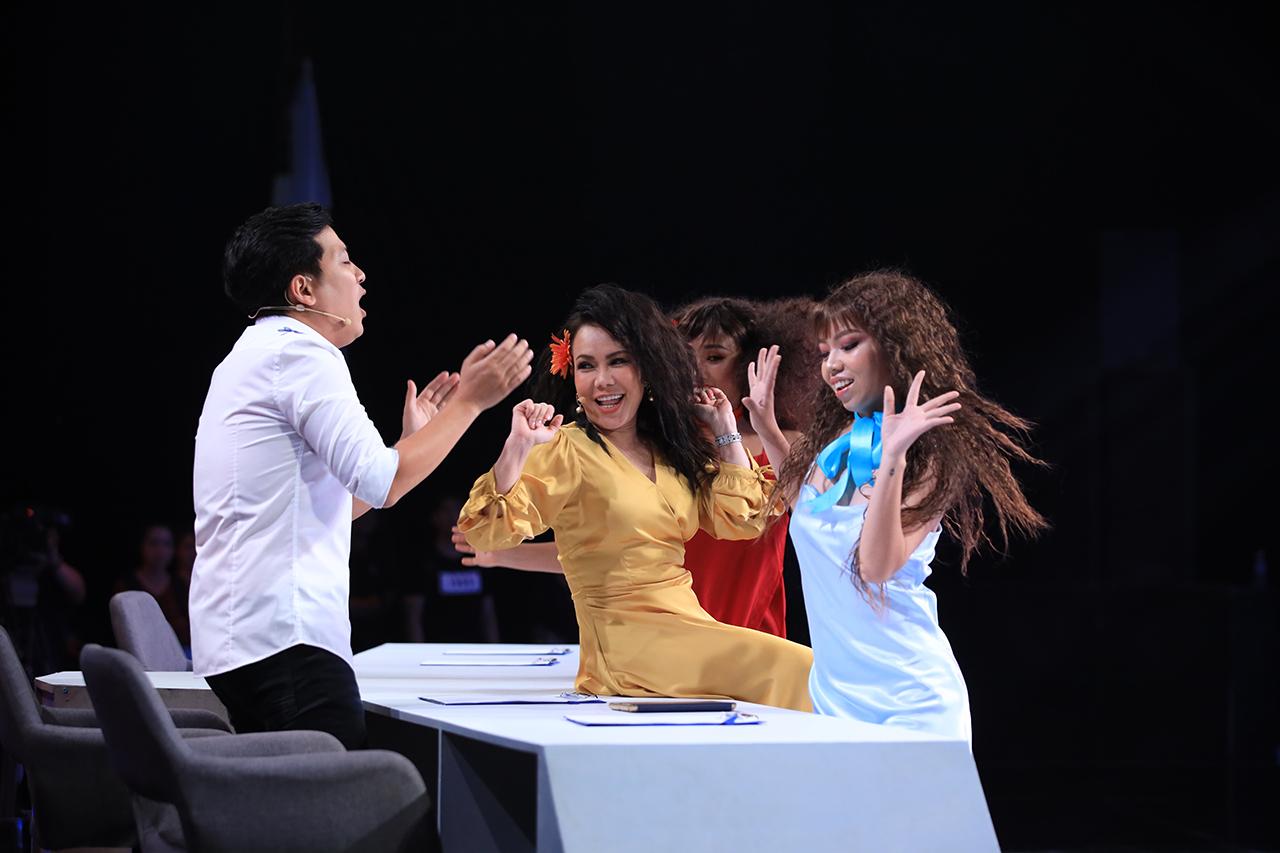 Việt Hương cosplay Bảo Anh quyết lấn sân ca hát, Trấn Thành-Trường Giang ra sức ngăn cản