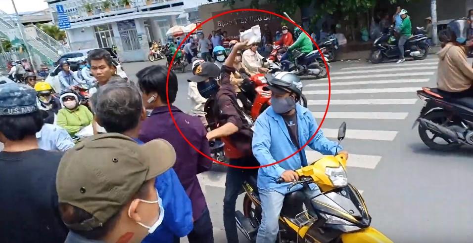 Lê Dương Bảo Lâm bị hành hung khi đang phát cơm từ thiện, đại diện nam diễn viên khẳng định không phải dàn dựng