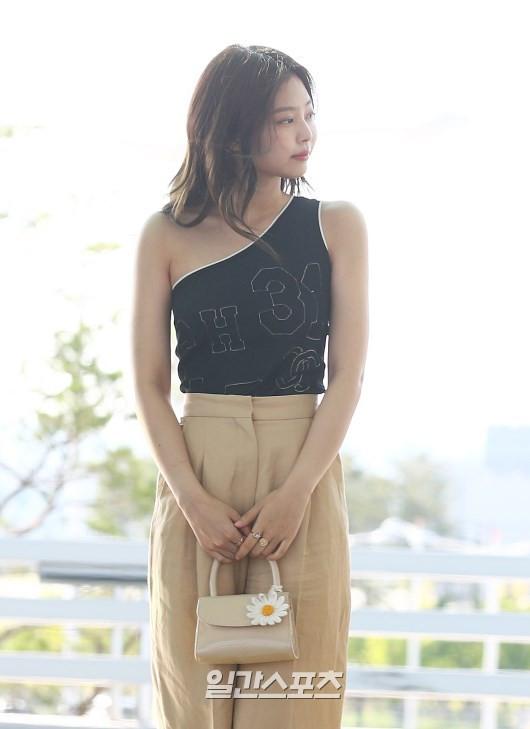 Trời ơi, BLACKPINK lại gây náo loạn sân bay: Jennie và Jisoo xuất thần, vòng eo khó tin của Lisa chiếm trọn spotlight